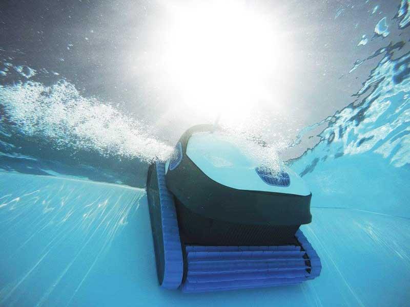 robot de piscine grimapant la paroi d'une piscine vue en bas