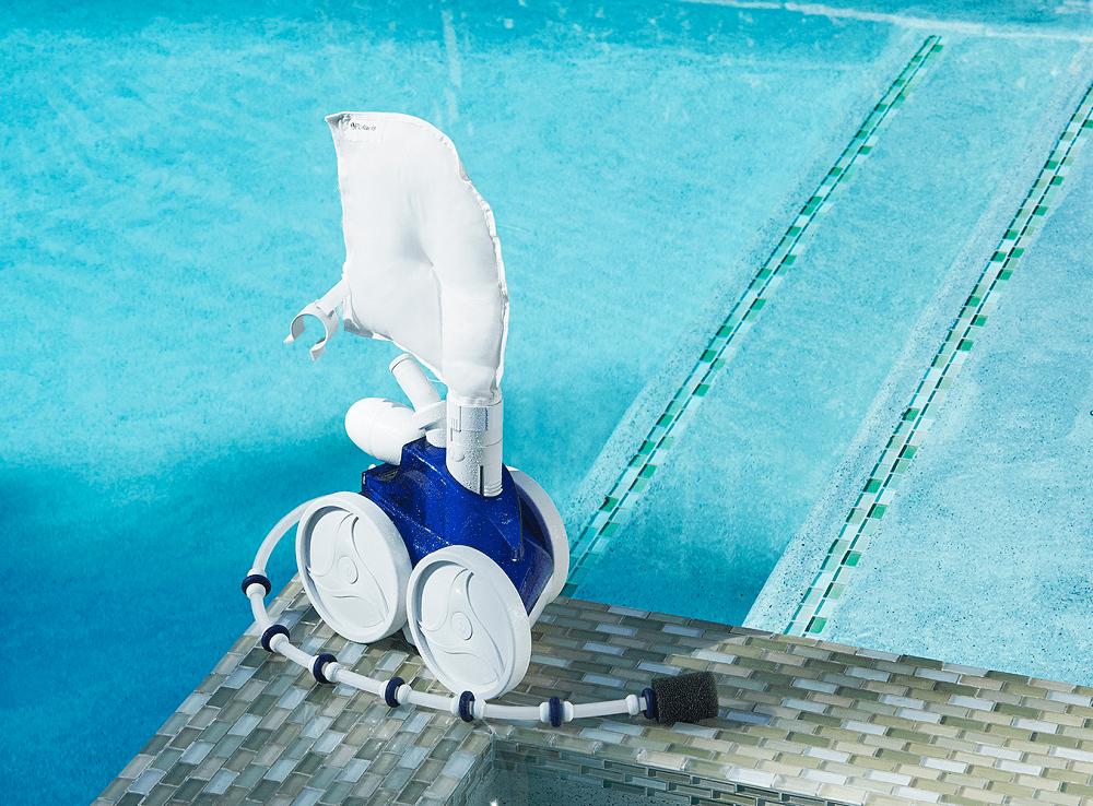 robot de piscine a pression posé sur le bord d'une piscine statique