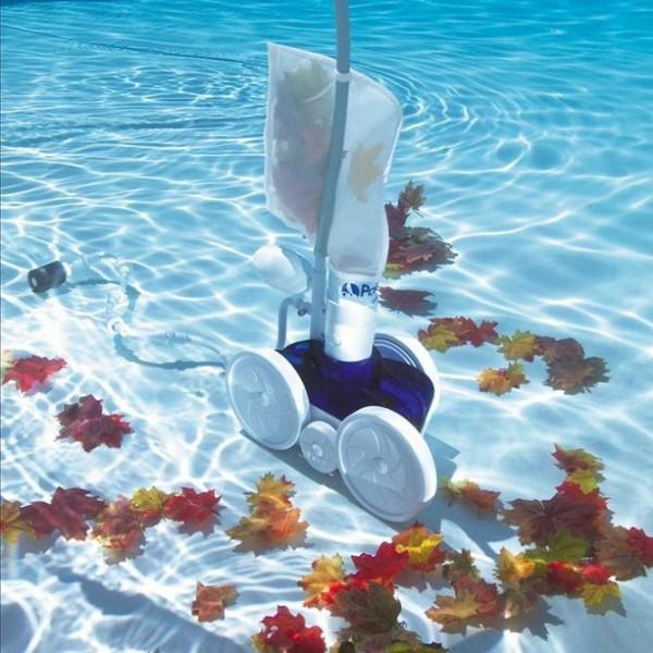 robot picine a pression aspirant des feuilles mortes au fond d'une piscine