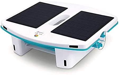 robot piscine avec panneaux solaires statique sur fond blanc