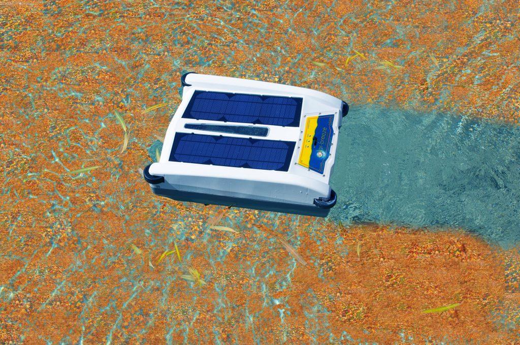 robot piscine solaire a la surface de l'eau qui nettoie la surface de l'eau